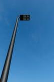 Moderne LEIDENE straatlantaarnpost tegen een blauwe hemel Stock Foto's