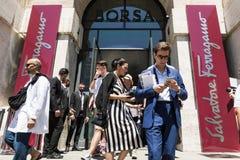 Moderne Leute an Milan Men-` s arbeiten Woche um Stockbild