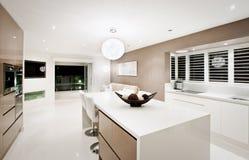 Moderne levend in keukenbinnenland stock afbeeldingen