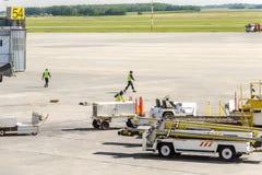 Moderne luchtdienst in de luchthaven voor mede passagiers en bagage, royalty-vrije stock fotografie