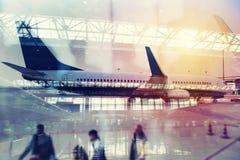 Moderne luchthaven met onduidelijk beeldgevolgen Dubbele blootstelling stock foto