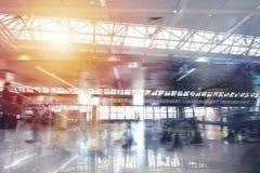 Moderne luchthaven met onduidelijk beeldgevolgen Dubbele blootstelling stock afbeelding