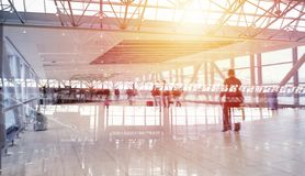 Moderne luchthaven met onduidelijk beeldgevolgen Dubbele blootstelling stock afbeeldingen