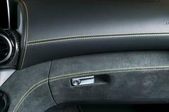 Moderne Luxeauto binnen Binnenland van prestige moderne auto A/c-Ventilatiesysteem Zwarte geperforeerde leercockpit met geel stock afbeeldingen