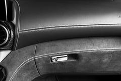 Moderne Luxeauto binnen Binnenland van prestige moderne auto A/c-Ventilatiesysteem Zwarte geperforeerde leercockpit met het stikk stock foto's
