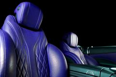 Moderne Luxeauto binnen Binnenland van prestige moderne auto Comfortabele leerzetels Blauwe geperforeerde leercockpit royalty-vrije stock foto