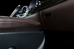 Moderne Luxeauto binnen Binnenland van prestige moderne auto Comfortabele leerzetels Bruine geperforeerde leercockpit Leiding w royalty-vrije stock afbeeldingen