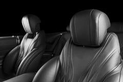 Moderne Luxeauto binnen Binnenland van prestige moderne auto Comfortabele leerzetels Geperforeerd leer met geïsoleerde Zwarte bac royalty-vrije stock afbeelding