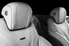 Moderne Luxeauto binnen Binnenland van prestige moderne auto Comfortabele leerzetels Geperforeerd leer met geïsoleerde Zwarte bac royalty-vrije stock foto