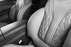 Moderne Luxeauto binnen Binnenland van prestige moderne auto Comfortabele leerzetels Geperforeerd leer met geïsoleerde Zwarte bac stock fotografie
