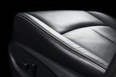 Moderne Luxeauto binnen Binnenland van prestige moderne auto Comfortabele leerzetels Geperforeerd leer met het stikken geïsoleerd royalty-vrije stock foto's