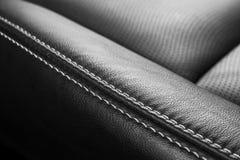 Moderne Luxeauto binnen Binnenland van prestige moderne auto Comfortabele leerzetels Geperforeerd leer met het stikken geïsoleerd stock fotografie
