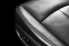 Moderne Luxeauto binnen Binnenland van prestige moderne auto Comfortabele leerzetels Geperforeerd leer met het stikken geïsoleerd royalty-vrije stock fotografie