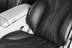 Moderne Luxeauto binnen Binnenland van prestige moderne auto Comfortabele leerzetels Geperforeerd leer met Zwarte backg stock fotografie