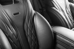 Moderne Luxeauto binnen Binnenland van prestige moderne auto Comfortabele leerzetels Geperforeerd leer met Zwarte backg royalty-vrije stock foto's