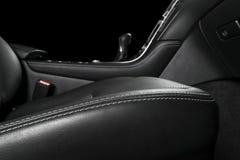 Moderne Luxeauto binnen Binnenland van prestige moderne auto Comfortabele leerzetels met het stikken Zwarte geperforeerde leerhaa royalty-vrije stock foto's