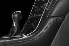 Moderne Luxeauto binnen Binnenland van prestige moderne auto Comfortabele leerzetels met het stikken Zwarte geperforeerde leerhaa stock foto
