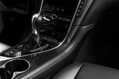 Moderne Luxeauto binnen Binnenland van prestige moderne auto Comfortabele leerzetels met het stikken Zwarte geperforeerde leerhaa stock afbeelding