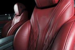 Moderne Luxeauto binnen Binnenland van prestige moderne auto Comfortabele leerzetels Rode geperforeerde leercockpit met geïsoleer stock foto