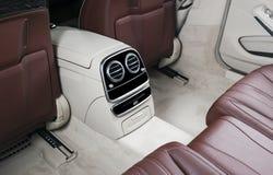 Moderne Luxeauto binnen Binnenland van prestige moderne auto Comfortabele leerzetels Rood en wit geperforeerd leer Achterbank stock fotografie