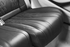 Moderne Luxeauto binnen Binnenland van prestige moderne auto Comfortabele leerzetels Zwart geperforeerd leer Achterpassagiersover royalty-vrije stock afbeeldingen