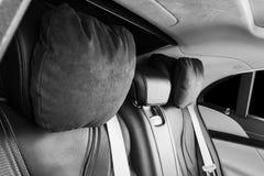 Moderne Luxeauto binnen Binnenland van prestige moderne auto Comfortabele leerzetels Zwart geperforeerd leer Achterpassagiersover stock afbeeldingen