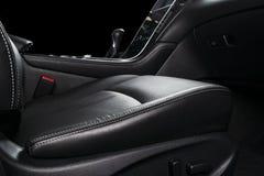 Moderne Luxeauto binnen Binnenland van prestige moderne auto Comfortabele leerzetels Zwarte geperforeerde leercockpit Leiding w royalty-vrije stock foto
