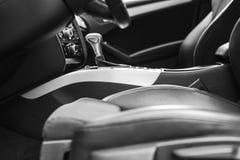 Moderne Luxeauto binnen Binnenland van prestige moderne auto Comfortabele leerzetels Zwarte geperforeerde leercockpit Leiding w stock foto's