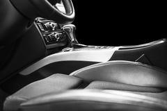 Moderne Luxeauto binnen Binnenland van prestige moderne auto Comfortabele leerzetels Zwarte geperforeerde leercockpit Leiding w royalty-vrije stock foto's