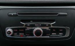 Moderne Luxeauto binnen Binnenland van prestigeauto Zwart leer Auto het detailleren dashboard Media, klimaat en navigatiecontrole stock afbeeldingen
