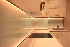 Moderne luxekeuken met gele LEIDENE verlichting Stock Fotografie