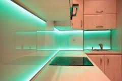 Moderne luxekeuken met groene LEIDENE verlichting Stock Foto's