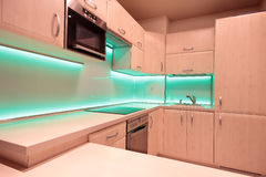 Moderne luxekeuken met groene LEIDENE verlichting Stock Foto