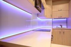 Moderne luxekeuken met purpere LEIDENE verlichting Royalty-vrije Stock Foto's