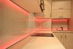 Moderne luxekeuken met rode LEIDENE verlichting Stock Fotografie