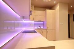 Moderne luxekeuken met roze LEIDENE verlichting stock foto's