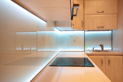 Moderne luxekeuken met witte LEIDENE verlichting Royalty-vrije Stock Afbeelding
