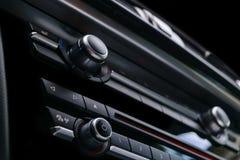 Moderne Luxesportwagen binnen Binnenland van prestigeauto Zwart leer Auto het detailleren dashboard Media, klimaat en navigatie c stock fotografie