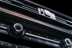 Moderne Luxesportwagen binnen Binnenland van prestigeauto Zwart leer Auto het detailleren dashboard Media, klimaat en navigatie c royalty-vrije stock afbeeldingen