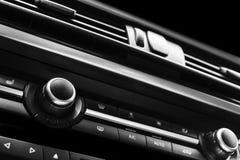 Moderne Luxesportwagen binnen Binnenland van prestigeauto Zwart leer Auto het detailleren dashboard Media, klimaat en navigatie c Royalty-vrije Stock Fotografie