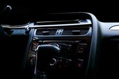 Moderne Luxesportwagen binnen Binnenland van prestigeauto Zwart leer Auto het detailleren dashboard Media, klimaat en navigatie c stock foto's