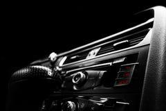 Moderne Luxesportwagen binnen Binnenland van prestigeauto Zwart leer Auto het detailleren dashboard Media, klimaat en navigatie c stock afbeeldingen