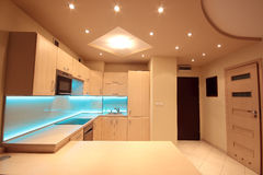 Moderne Luxusküche mit blauer LED-Beleuchtung Stockbilder