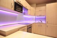 Moderne Luxusküche mit rosa LED-Beleuchtung Lizenzfreie Stockfotos