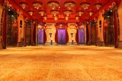 Moderne Luxuxhalle mit heller Decke und Aufzügen Lizenzfreies Stockfoto