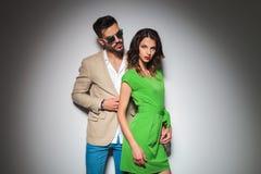 Moderne man achter sexy vrouw in het groene kleding stellen Stock Foto
