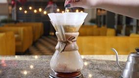 Moderne manieren van koffie het maken Sluit omhoog van een barista makend hand gebrouwen koffie Het bewegen van grondkoffie in do stock videobeelden