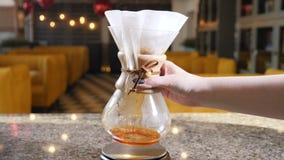 Moderne manieren van koffie het maken Sluit omhoog van een barista makend hand gebrouwen koffie stirring Langzame Motie stock videobeelden