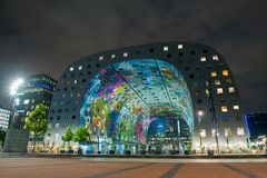 Moderne Marktzaal in Rotterdam bij nacht Royalty-vrije Stock Fotografie