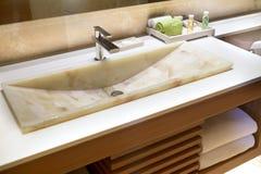 Moderne Marmeren Handbasin in een Hotel Stock Afbeeldingen